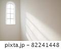 洋風の窓から差し込む日光 ブラジル 82241448