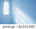 洋風の窓から差し込む日光 ブラジル 82241485