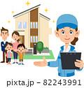 住宅の前に立つ家族と書類を手に持つ青い作業着の女性 82243991