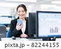 ビジネス ビジネスマン スマホ オフィス 新入社員 女性 82244155