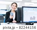 ビジネス ビジネスマン スマホ オフィス 新入社員 女性 82244156