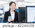 ビジネス ビジネスマン スマホ オフィス 新入社員 女性 82244158