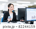 ビジネス ビジネスマン スマホ オフィス 新入社員 女性 82244159