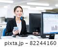 ビジネス ビジネスマン スマホ オフィス 新入社員 女性 82244160