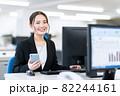ビジネス ビジネスマン スマホ オフィス 新入社員 女性 82244161