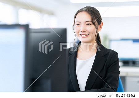 ビジネス ビジネスマン オフィス 新入社員 女性 82244162