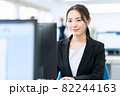 ビジネス ビジネスマン オフィス 新入社員 女性 82244163