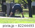 公園の水道で頭を冷やす少年 82244493