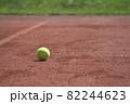コートに転がる1個のテニスボール 82244623