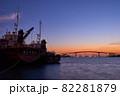 木更津港の夕景 中の島大橋と大型漁船 82281879
