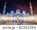 ドバイの白いモスクと星空夜景 82302364