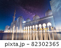 ドバイの白いモスクと星空夜景 82302365