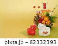 年賀素材 紅白の寅と正月飾り 金色バック 82332393