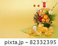 年賀素材 正月飾りの前でくつろぐ可愛い寅の親子 金色バック 82332395