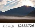 朝日に照らされる霧の小田代ヶ原 82333726