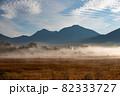 朝霧につつまれる小田代ヶ原の貴婦人 82333727