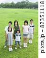 笑顔で立っている子供たち 82351118