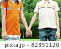 手をつなぐ男の子と女の子の手元 82351120