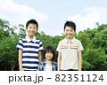 笑顔で立っている男の子3人 82351124