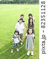 手をつないで立つ子供たち 82351128