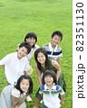 芝生に立つ子供たち 82351130