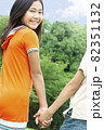 手をつなぐ笑顔の女の子 82351132