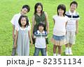 笑顔で立っている子供たち 82351134