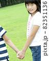手をつなぐ女の子 82351136