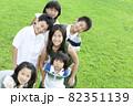 笑顔で立っている子供たち 82351139