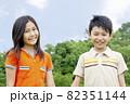 笑顔の男の子と女の子 82351144