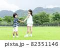 手をつなぐ男の子と女の子 82351146