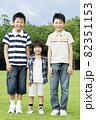 笑顔の男の子3人 82351153
