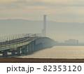 朝靄に包まれた関空連絡橋 82353120