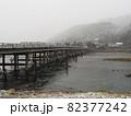 【京都】大雪の降る嵐山の渡月橋 82377242