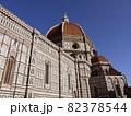 青空に映えるイタリア、フィレンツェのサンタ・マリア・デル・フィオーレ大聖堂 82378544