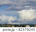 空と街並みの風景 82379245