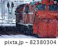 雪中に待機する除雪車 82380304