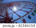 青空に映えるカラフルな観覧車 82384158