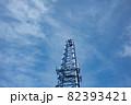 雲が薄く掛かった空と鉄塔 82393421