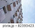 マンションの壁を見上げる 82393423