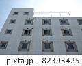 ビルの側面に並ぶ無数の窓 82393425