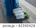 ゴミ置き場に置かれた動物除けのペットボトル 82393428