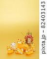 年賀素材 かわいい寅の親子と門松 金色バック 82403143