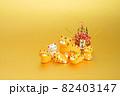 年賀素材 かわいい寅の親子と門松 金色バック 82403147