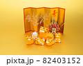 年賀素材 金屏風の前でくつろぐ可愛い寅の親子 金色バック 82403152