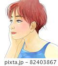 頬杖をついて一点を見つめるショートカットの美しい女性 82403867