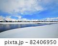 魚野川と越後三山の雪景色 82406950