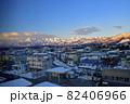早朝の妙高市と朝焼けの妙高連峰 82406966