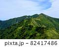 紅葉の北アルプス。絶景トレイル。日本の雄大な自然。 82417486