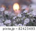 カスミソウの花とキャンドルの灯り 82423493